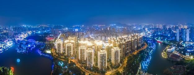 Fotografia aérea dos edifícios da cidade de wenzhou à noite