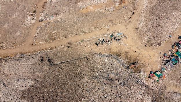 Fotografia aérea, lixo grande e trabalhos de escavadeira, fotografia de drones, vista superior.