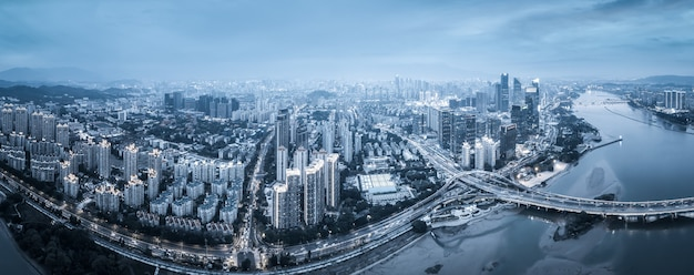 Fotografia aérea, visão noturna da arquitetura moderna na cidade de fuzhou, china