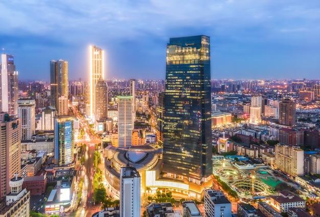 Fotografia aérea visão noturna da paisagem arquitetônica da cidade de yancheng na china Foto Premium