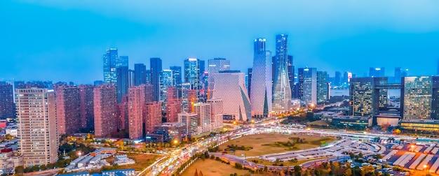Fotografia aérea, visão noturna da paisagem da arquitetura moderna da cidade em hangzhou, china