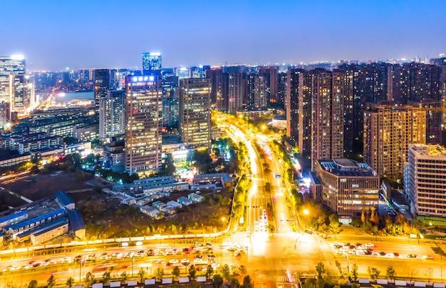 Fotografia aérea, visão noturna da paisagem da arquitetura moderna da cidade em hangzhou, china Foto Premium