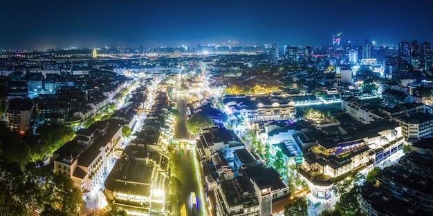 Fotografia aérea vista noturna de edifícios antigos no rio qinhuai em nanjing
