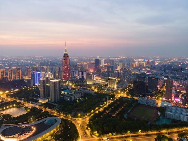 Fotografia aérea vista noturna do horizonte do edifício da cidade de changzhou