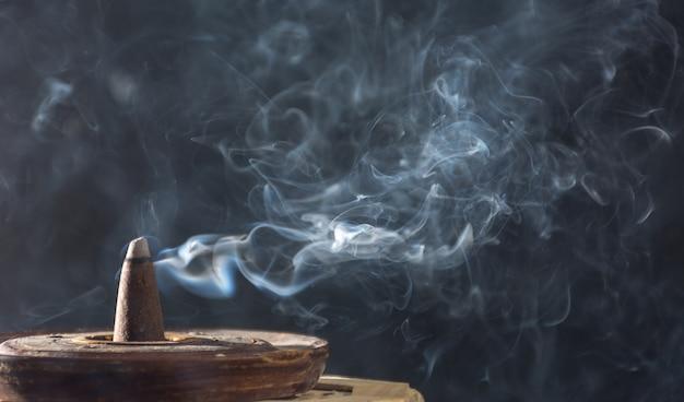 Fotografia da fumaça causada por vários incensos