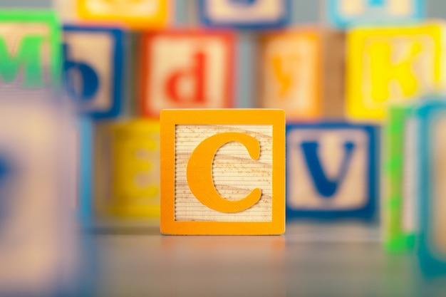 Fotografia da letra de bloco de madeira colorida c