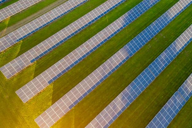 Fotografia da paisagem da estação de energia do painel solar.
