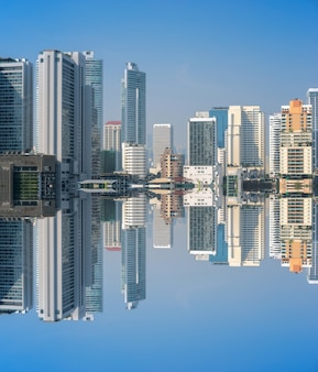 Fotografia da reflexão da construção do negócio no distrito financeiro de tailândia.