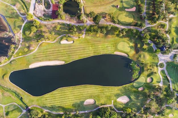 Fotografia da vista aérea da floresta e do campo de golfe com lago. clube de golfe e esporte.