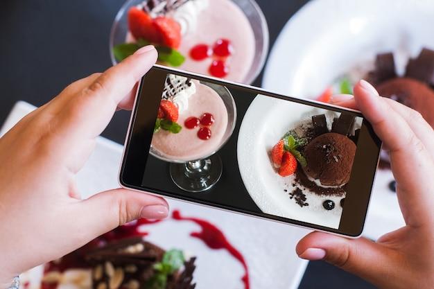 Fotografia de alimentos de sobremesas doces no smartphone.