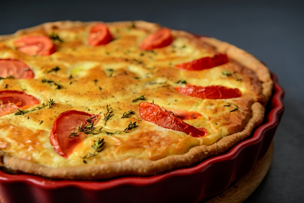 Fotografia de alimentos e conceito de restaurante. torta caseira de legumes