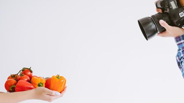 Fotografia de alimentos. promoção de anúncio de produto. equipe criativa atirando em vegetais orgânicos.