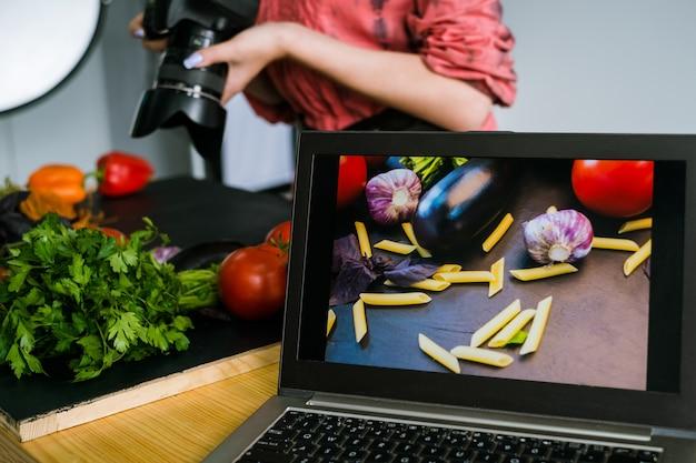 Fotografia de alimentos, publicidade, laptop, fotos, tecnologia, comércio eletrônico, conceito nos bastidores