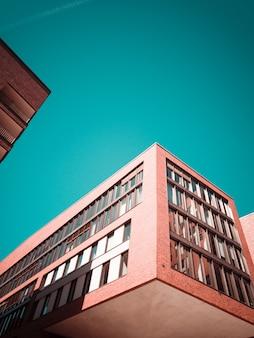 Fotografia de baixo ângulo de edifício de concreto vermelho