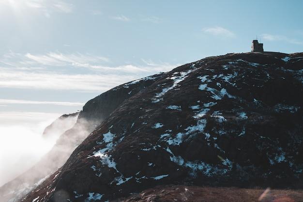 Fotografia de baixo ângulo de montanhas