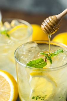 Fotografia de bebida de limão mel refrigerante