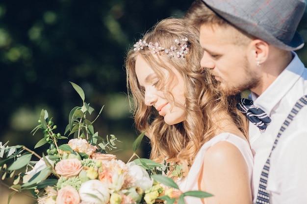 Fotografia de belas artes. noiva e noivo abraçando no casamento na natureza.