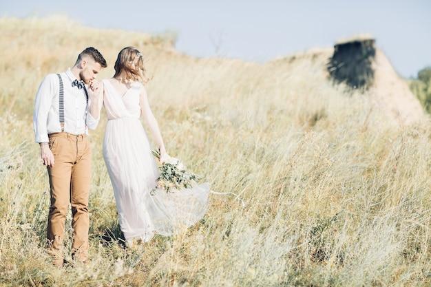 Fotografia de casamento de belas artes. noiva e noivo abraçando no casamento na natureza.
