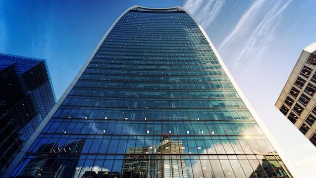 Fotografia de close-up de um prédio alto com parede cortina