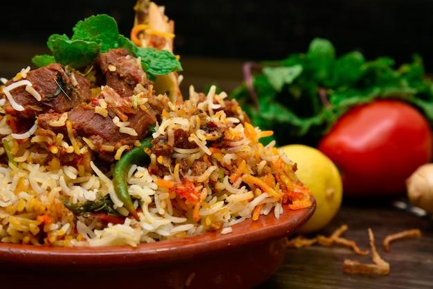 Fotografia de comida de carne de carneiro biryani