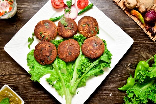 Fotografia de comida de espetinhos de carne
