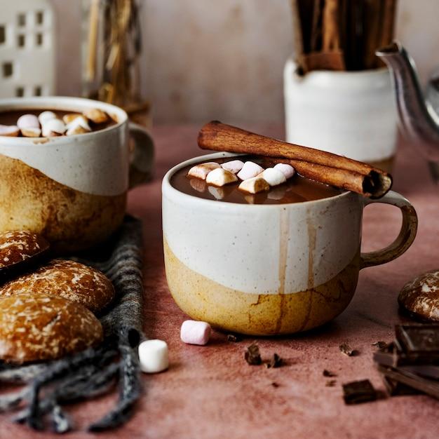Fotografia de comida festiva de chocolate quente com paus de canela