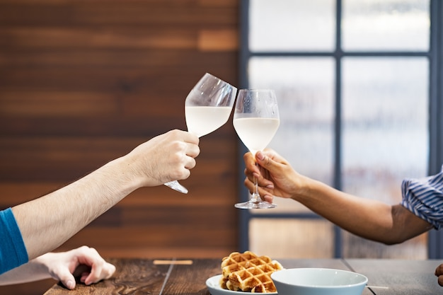 Fotografia de imagem de homem e mulher brindando