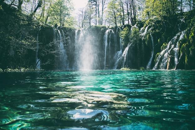 Fotografia de lapso de tempo de uma cachoeira fluindo em várias camadas