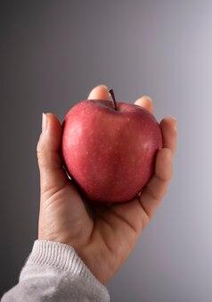 Fotografia de maçã realizada à mão