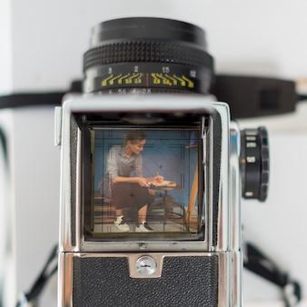 Fotografia de mulher na câmera retro