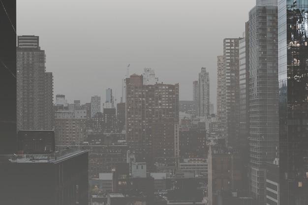 Fotografia de paisagem monótona de cidade poluída com ar