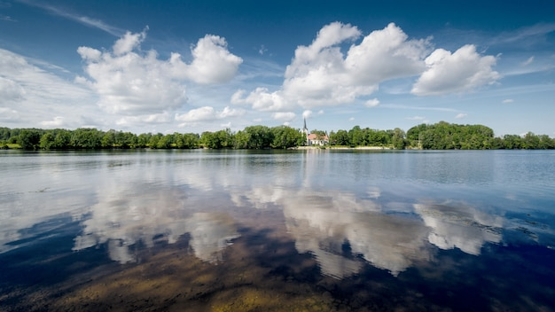 Fotografia de paisagem. reflexões de nuvem no rio.