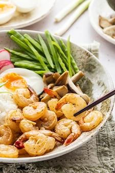 Fotografia de pratos de frutos do mar com ovo e camarão