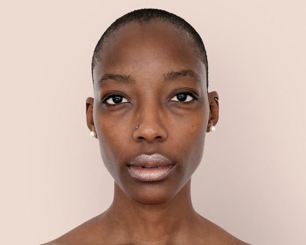 Fotografia de rosto de mulher africana, penteado skinhead