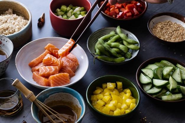 Fotografia de salmão com vegetais e arroz