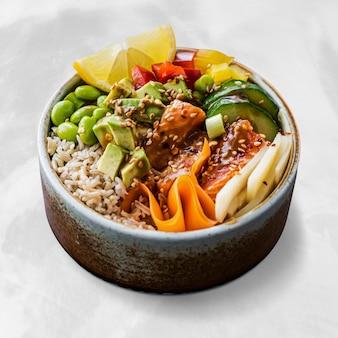 Fotografia de salmão na tigela de arroz com comida saudável