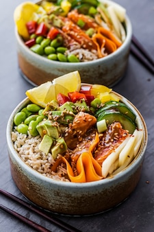 Fotografia de salmão na tigela de arroz