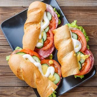 Fotografia de sanduíches com salsicha