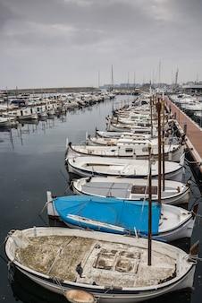 Fotografia de um porto de pesca em um dia nublado. t