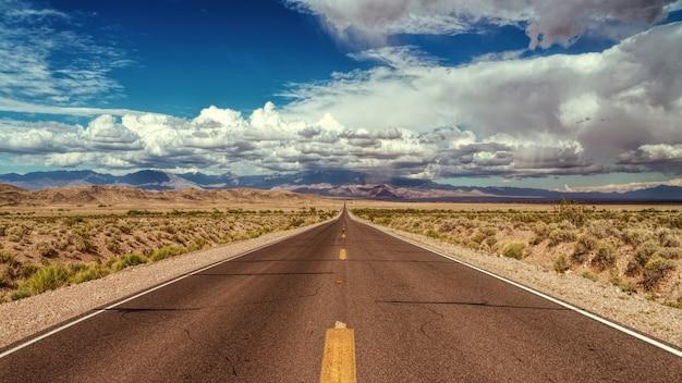 Fotografia de uma estrada vazia durante o dia