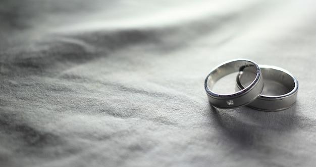 Fotografia em preto e branco de aliança de casamento