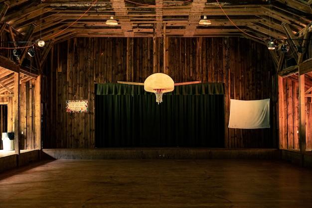 Fotografia interna da quadra de basquete