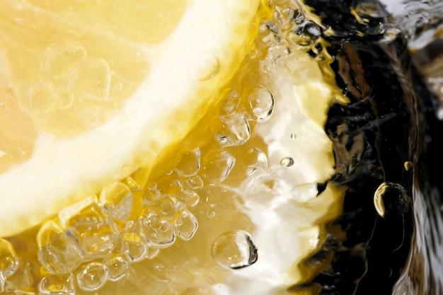 Fotografia macro close-up de limonada doce e gelada abstrata com bolhas de gás