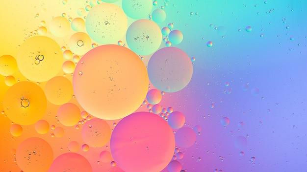 Fotografia macro óleo sobre água de fundo gradiente colorido abstrato