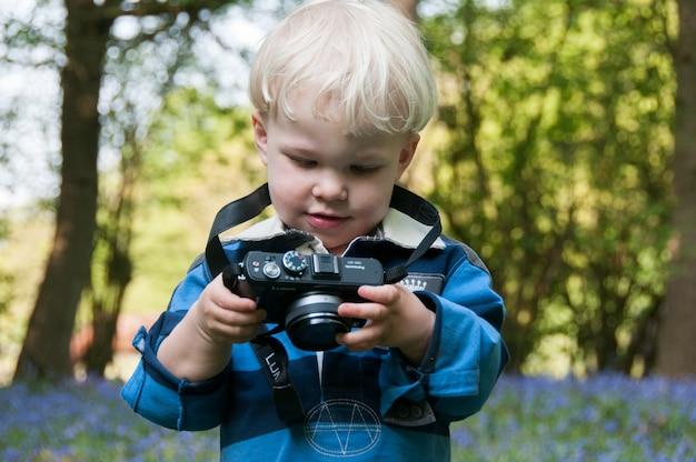 Fotografia menino ao ar livre fotos câmera loira