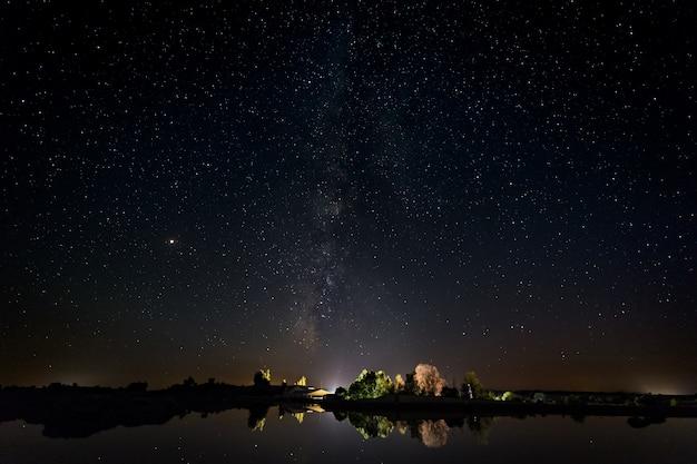 Fotografia noturna com via láctea na área natural de barruecos.