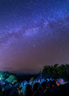 Fotografia noturna da via láctea no parque nacional de sri nan, tailândia