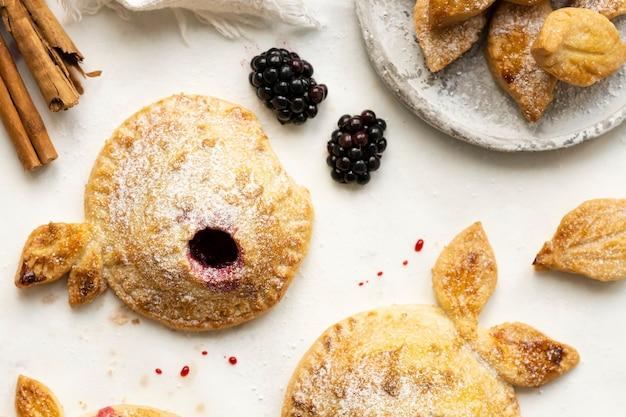 Fotografia orgânica de torta de maçã com amora preta