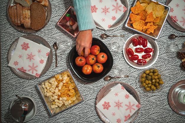 Fotografia plana de comida estática em uma mesa com uma toalha de mesa
