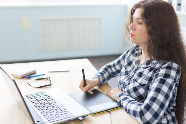 Fotografia, web design e conceito de arte gráfica - mulher de óculos usando dispositivo de desenho de mouse pan